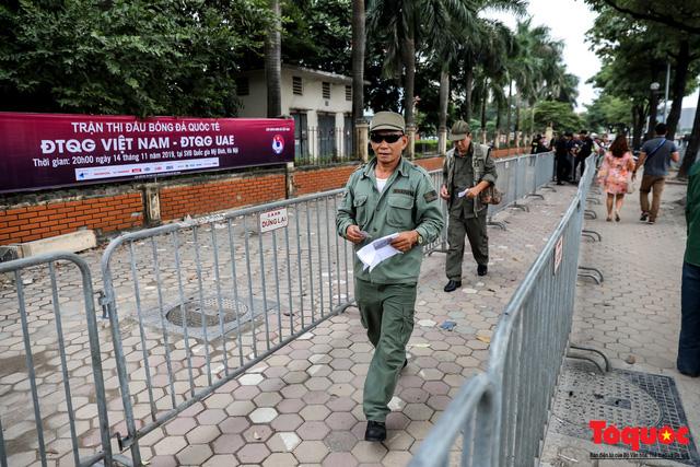 Thương binh xếp hàng dài chờ đăng ký mua vé trận Việt Nam - UAE - Ảnh 3.