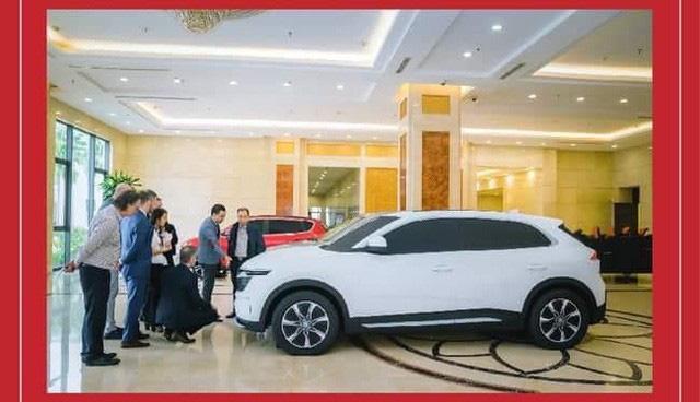 Chủ tịch Phạm Nhật Vượng đích thân thử 2 mẫu xe mới của VinFast cạnh tranh Hyundai Kona và Honda CR-V - Ảnh 1.