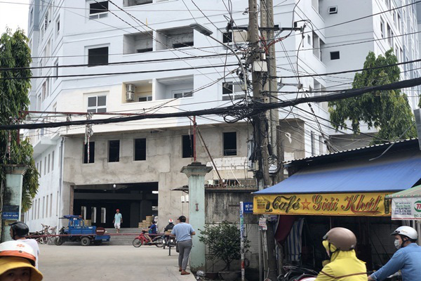 TP.HCM: Chung cư xây 10 năm nham nhở, dân vẫn liều mình vào ở - Ảnh 2.