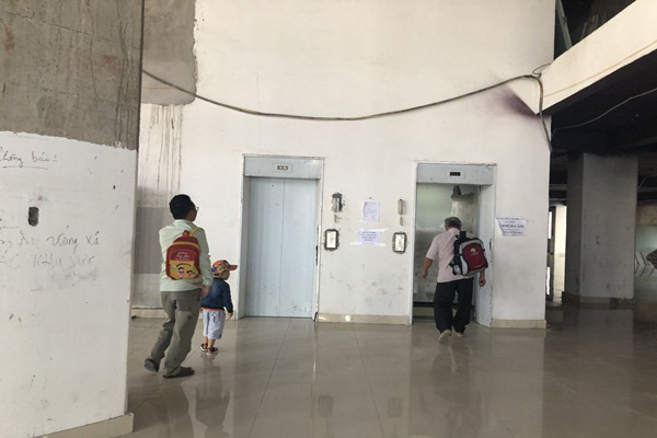 TP.HCM: Chung cư xây 10 năm nham nhở, dân vẫn liều mình vào ở - Ảnh 5.