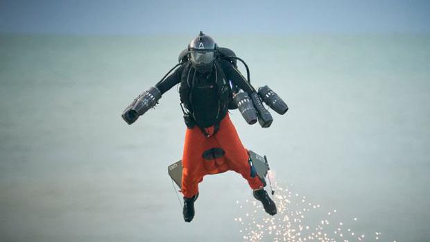 Iron Man ngoài đời thật: Người đàn ông phá kỷ lục tốc độ bay bằng bộ trang phục cá nhân, lên tới gần 140km/h - Ảnh 2.