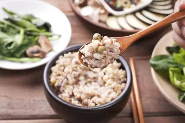 7 thói xấu trong bữa ăn khiến con người chết sớm hơn, điều số 2 các gia đình Việt biết hại nhưng không bỏ được - Ảnh 3.