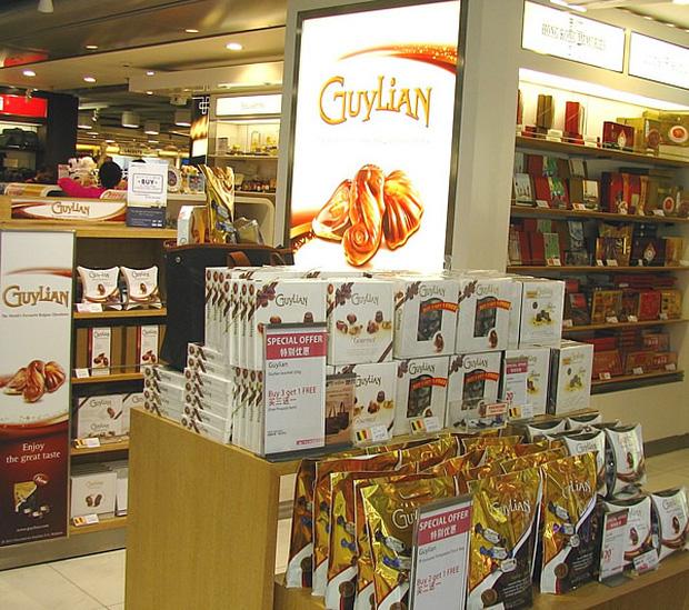 Có 3 thứ đáng mua nhất trong cửa hàng miễn thuế ở sân bay, không phải nước hoa hay bánh kẹo như nhiều người nghĩ - Ảnh 4.