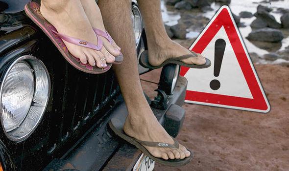 Đi giày cao gót lái ô tô chắc chắn gây nguy hiểm, thà chân đất còn hơn - nhầm tưởng cực lớn có thể khiến người lái xe phải trả giá  - Ảnh 5.