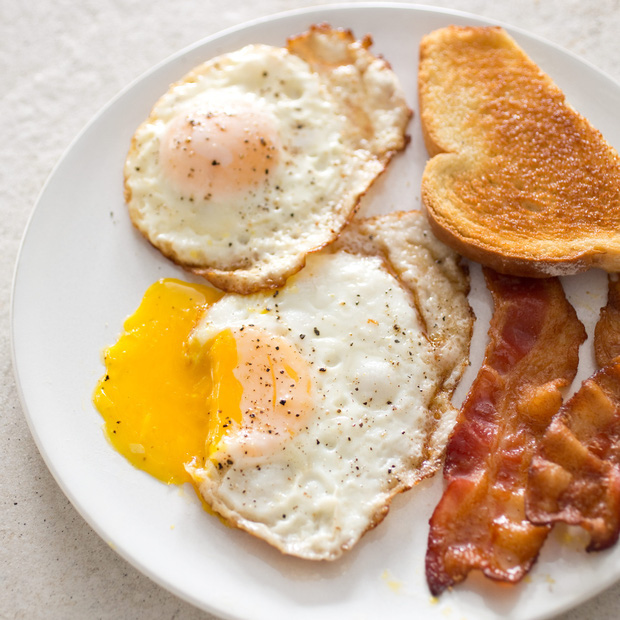 Trứng luộc, trứng chiên, trứng hấp và trứng sống: 2 trong số những cách ăn trứng quen thuộc này dễ ảnh hưởng tiêu cực đến sức khỏe - Ảnh 1.
