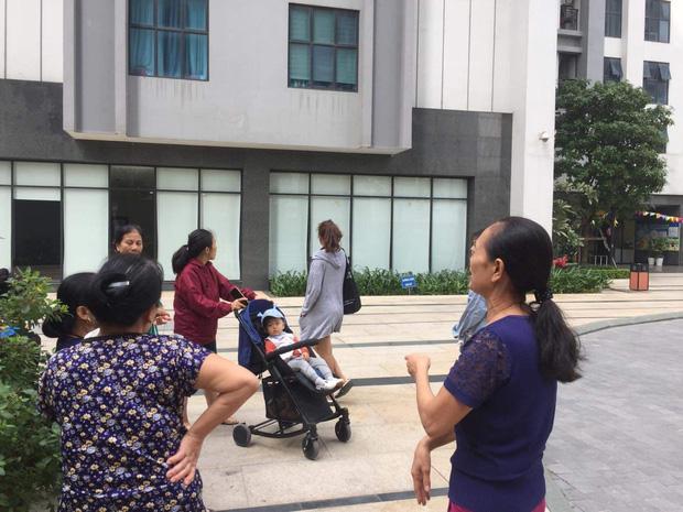 Nhân chứng vụ bé gái 11 tuổi rơi từ tầng 39 chung cư xuống đất tử vong: Người bố đau đớn, ngồi thất thần trước thi thể con - Ảnh 3.