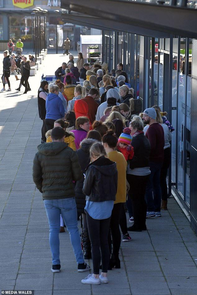 Mothercare đóng cửa toàn bộ các cửa hàng ở Anh, hàng nghìn người xếp hàng dài để săn đồ giảm giá - Ảnh 1.