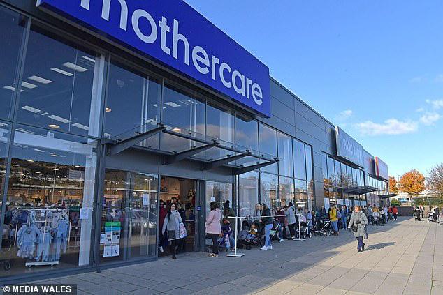 Mothercare đóng cửa toàn bộ các cửa hàng ở Anh, hàng nghìn người xếp hàng dài để săn đồ giảm giá - Ảnh 2.