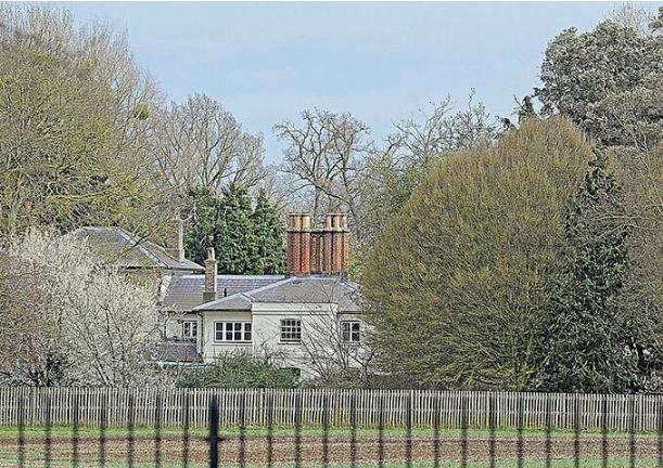 Meghan Markle chi hơn 350 triệu đồng làm thêm hàng rào thứ ba quanh dinh thự gây ra tranh cãi trong khi chị dâu Kate lại có hành động cao tay này - Ảnh 1.