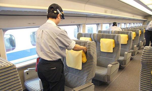 Áp lực vì chỉ có 7 phút để lau khoang tàu 100 ghế, người dọn tàu ở Nhật Bản vẫn tìm thấy niềm vui trong công việc và đây là bí quyết của họ! - Ảnh 1.