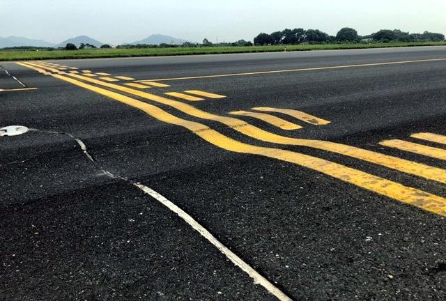 Đường băng nứt vỡ, sân bay hết chỗ... tranh nhau để được bay - Ảnh 1.