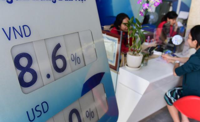 Lãi suất tăng hướng tới 10%, ôm tiền tỷ chọn ngân hàng ăn lãi - Ảnh 1.