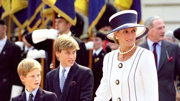 Ngắm bộ ảnh chân dung cuối cùng của Công nương Diana - vẻ đẹp rạng rỡ của sự tự do nhưng cũng là kí ức nhói đau trong lòng 2 Hoàng tử - Ảnh 8.