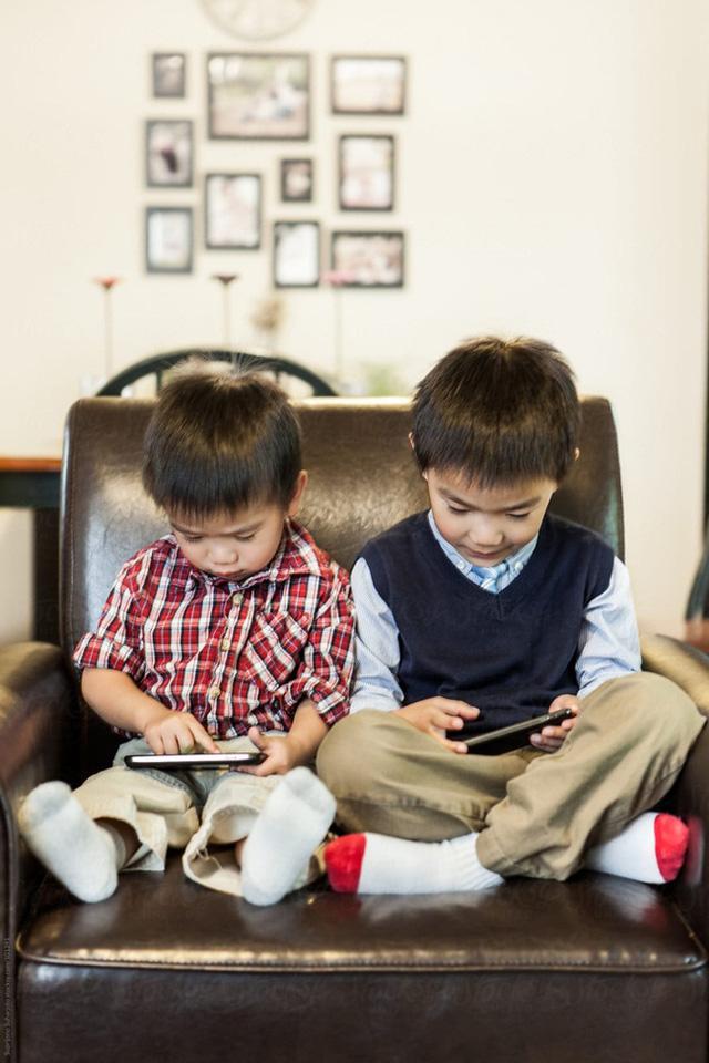 Nhiều trường học ở Anh đã loại bỏ đồng hồ kim vì học sinh phụ thuộc công nghệ đến nỗi không biết xem giờ - Ảnh 1.