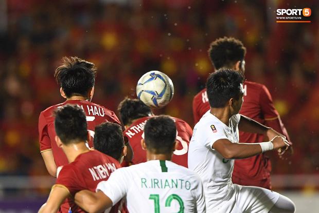 Thành Chung đánh đầu ngược, ghi bàn thắng quý như vàng cho U22 Việt Nam - Ảnh 2.