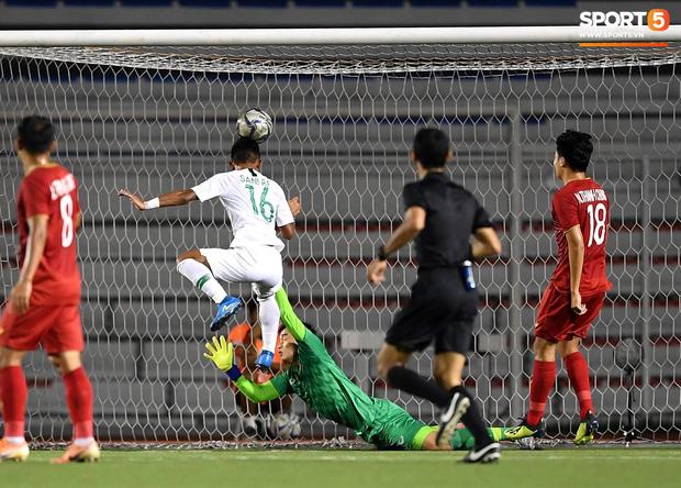 Cận cảnh tình huống Bùi Tiến Dũng mắc sai lầm, tặng free U22 Indonesia một bàn thắng ở SEA Games 30 - Ảnh 3.