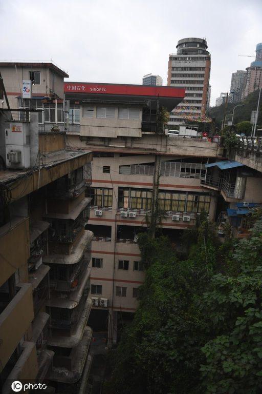 Tòa nhà kỳ lạ ở Trung Quốc bỗng nhiên có cả cây xăng trên tầng thượng và trệt  - Ảnh 3.