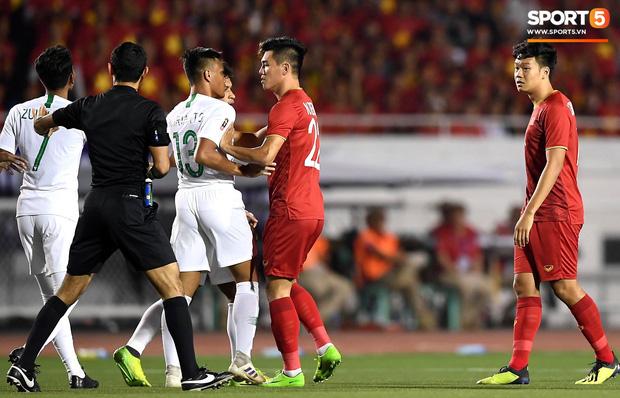 Cận cảnh tình huống Bùi Tiến Dũng mắc sai lầm, tặng free U22 Indonesia một bàn thắng ở SEA Games 30 - Ảnh 6.