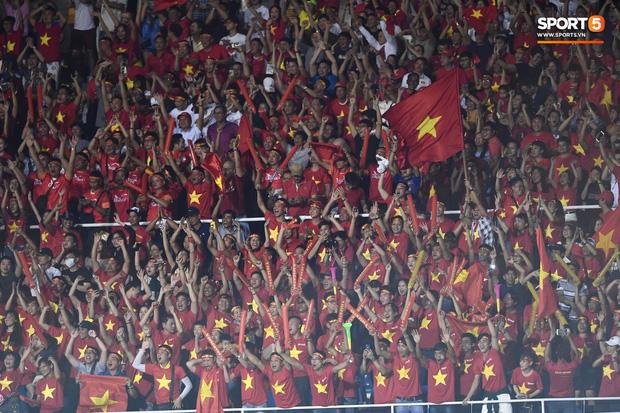 Thành Chung đánh đầu ngược, ghi bàn thắng quý như vàng cho U22 Việt Nam - Ảnh 8.