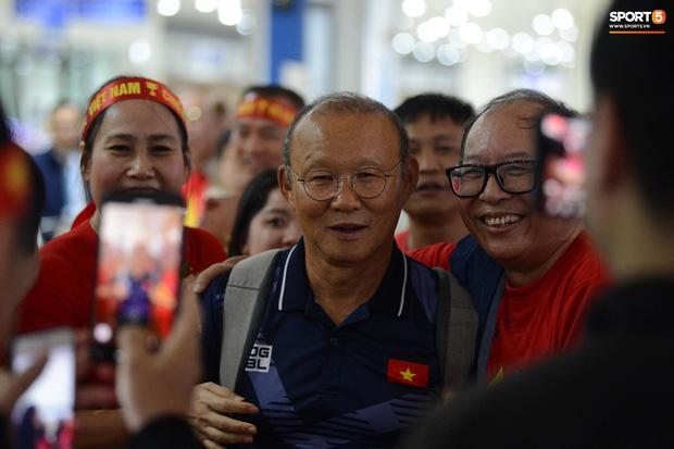 Đội tuyển U22 Việt Nam có mặt tại sân bay Philippines, làm thủ tục chuẩn bị về nước - Ảnh 3.