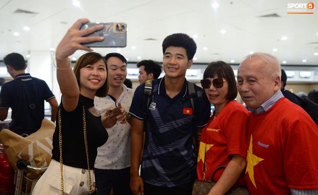 Đội tuyển U22 Việt Nam có mặt tại sân bay Philippines, làm thủ tục chuẩn bị về nước - Ảnh 4.