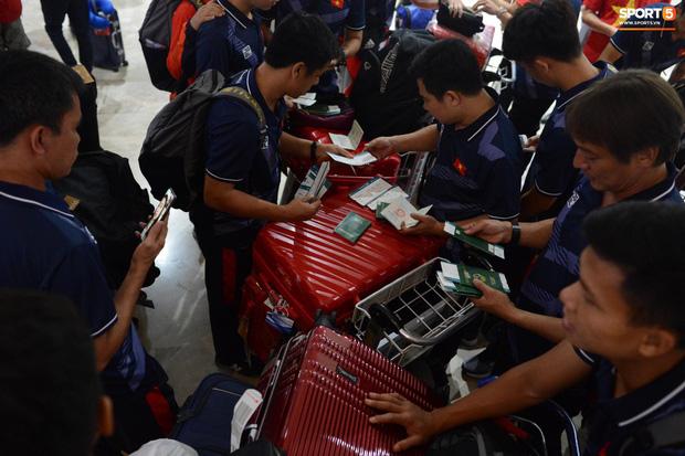 Đội tuyển U22 Việt Nam có mặt tại sân bay Philippines, làm thủ tục chuẩn bị về nước - Ảnh 2.