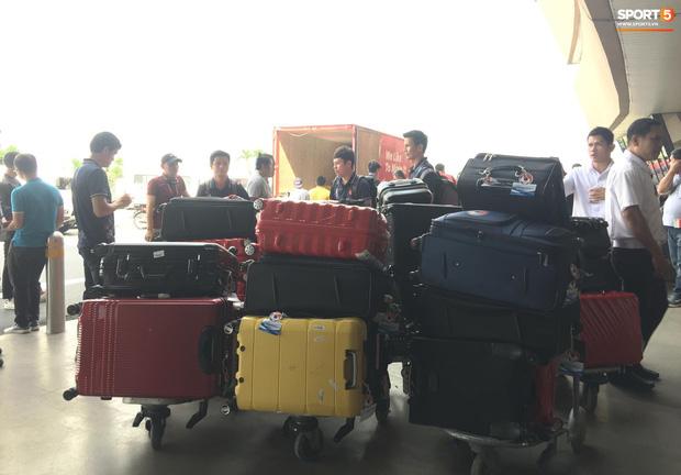 Đội tuyển U22 Việt Nam có mặt tại sân bay Philippines, làm thủ tục chuẩn bị về nước - Ảnh 14.