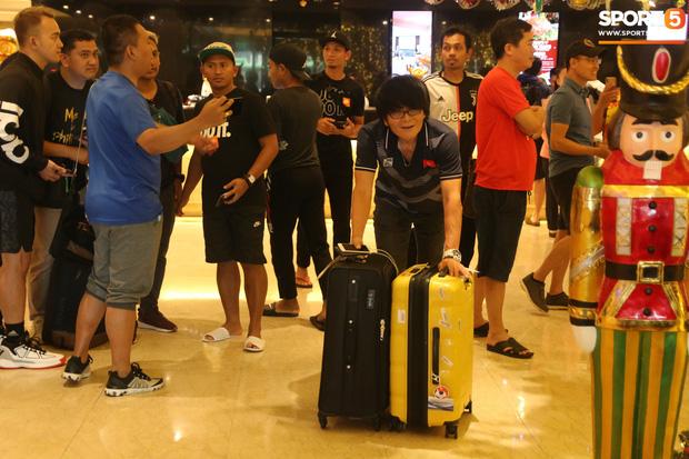 Đội tuyển U22 Việt Nam có mặt tại sân bay Philippines, làm thủ tục chuẩn bị về nước - Ảnh 19.
