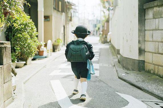 Câu chuyện về đứa trẻ kỳ dị, đến nhà người lạ ăn uống nghỉ ngơi không muốn về và thực trạng đáng sợ của xã hội Nhật Bản nuôi con kiểu tự lập  - Ảnh 2.