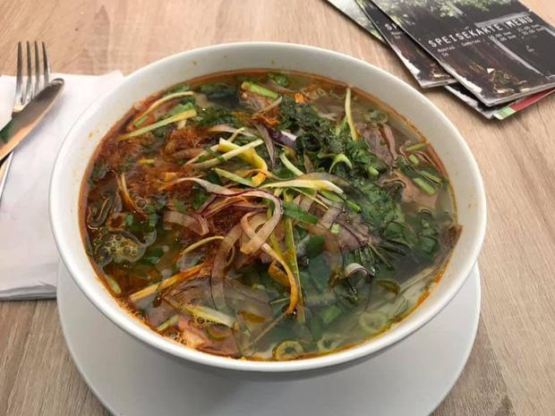 Review đồ ăn Việt ở nước ngoài: Hoa quả vừa đắt lại vừa hiếm, các món bún phở giá cao ngất ngưởng mà chất lượng thì hên xui - Ảnh 7.