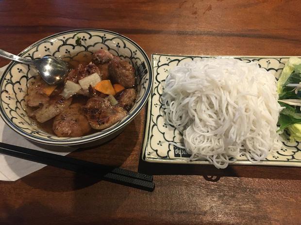 Review đồ ăn Việt ở nước ngoài: Hoa quả vừa đắt lại vừa hiếm, các món bún phở giá cao ngất ngưởng mà chất lượng thì hên xui - Ảnh 8.