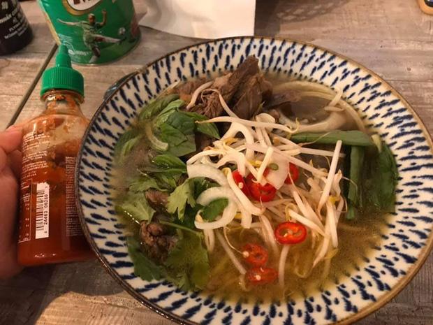 Review đồ ăn Việt ở nước ngoài: Hoa quả vừa đắt lại vừa hiếm, các món bún phở giá cao ngất ngưởng mà chất lượng thì hên xui - Ảnh 10.