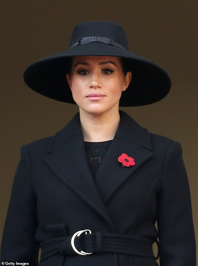 Meghan Markle bất ngờ bị cáo buộc biến gia đình nhà chồng thành chương trình truyền hình cá nhân, Hoàng tử Harry là kẻ ngốc - Ảnh 2.