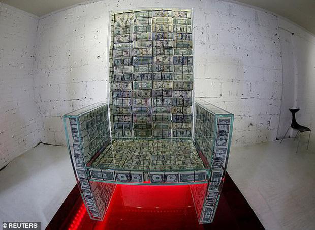 Choáng với ngai vàng được làm từ 1 triệu USD tiền mặt của tỷ phú Nga - Ảnh 1.