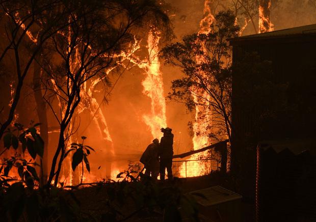 Thảm họa cháy rừng lớn nhất lịch sử Úc: Nhà hát Opera Sydney khuất sau khói mù, 2 người thiệt mạng khi tình nguyện dập lửa khiến cả nước xót thương - Ảnh 1.