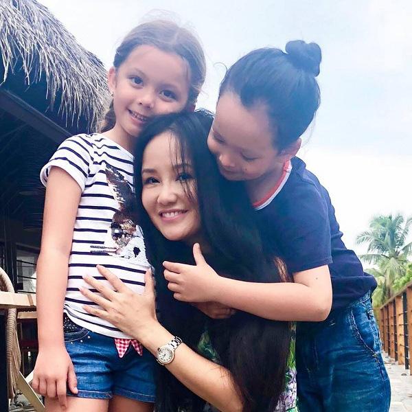 """Nhà giàu nhưng 2 con của Hồng Nhung không biết iPad là gì còn nhầm tưởng rất ngộ nghĩnh, nguyên nhân từ cách dạy """"không giống ai"""" của nữ Diva - Ảnh 1."""