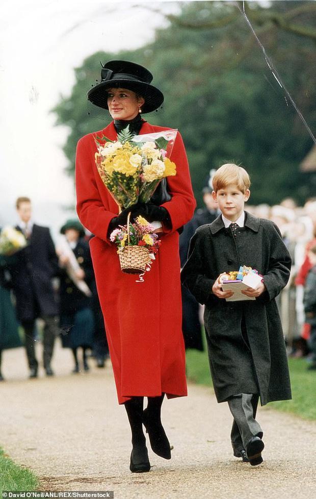 Loạt ảnh hiếm về những khoảnh khắc đón Giáng sinh vui vẻ trong quá khứ của Hoàng gia Anh suốt nhiều thập kỷ khiến dân mạng bồi hồi - Ảnh 11.