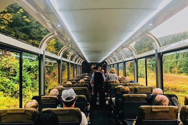 Cận cảnh đoàn tàu view kính 180 độ có thật ở Canada, đi tới đâu là du khách tha hồ ngắm cảnh tuyệt đẹp đến đấy - Ảnh 14.