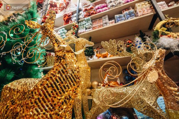 Tuần lộc vàng đính kim sa 3 triệu đồng vẫn hút khách, Hàng Mã trang hoàng trước thềm Giáng Sinh - Ảnh 19.