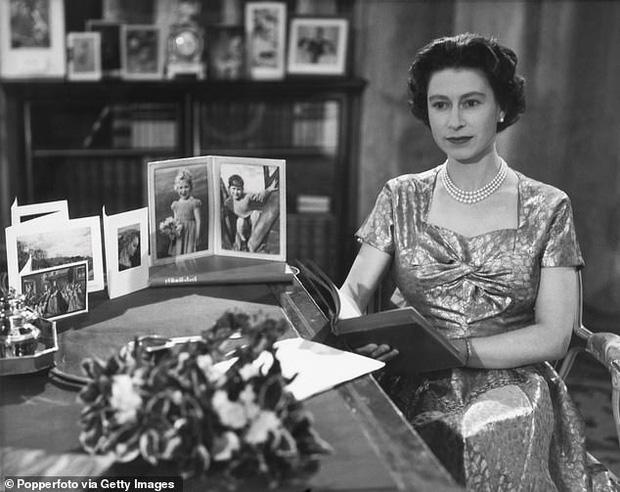 Loạt ảnh hiếm về những khoảnh khắc đón Giáng sinh vui vẻ trong quá khứ của Hoàng gia Anh suốt nhiều thập kỷ khiến dân mạng bồi hồi - Ảnh 3.
