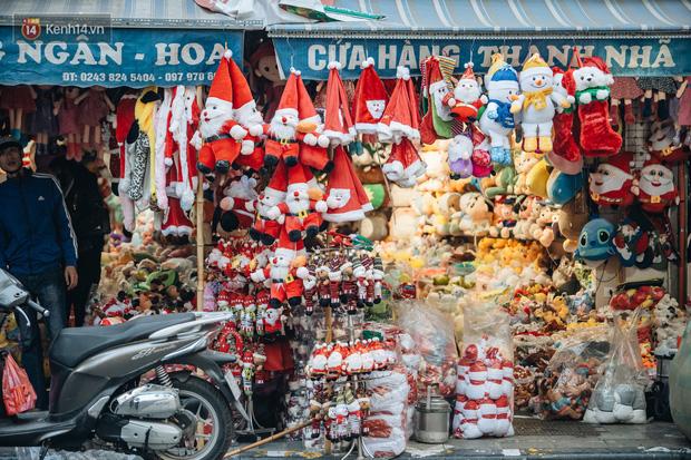 Tuần lộc vàng đính kim sa 3 triệu đồng vẫn hút khách, Hàng Mã trang hoàng trước thềm Giáng Sinh - Ảnh 4.
