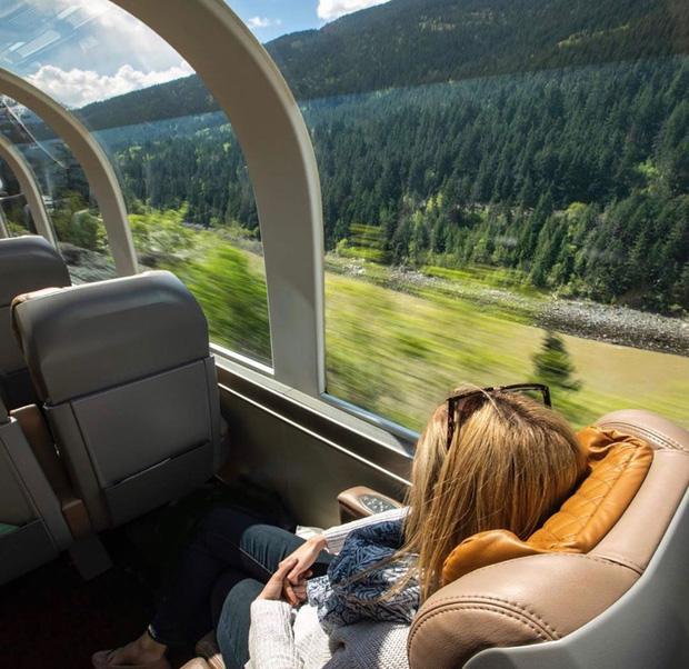 Cận cảnh đoàn tàu view kính 180 độ có thật ở Canada, đi tới đâu là du khách tha hồ ngắm cảnh tuyệt đẹp đến đấy - Ảnh 5.