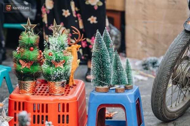 Tuần lộc vàng đính kim sa 3 triệu đồng vẫn hút khách, Hàng Mã trang hoàng trước thềm Giáng Sinh - Ảnh 9.