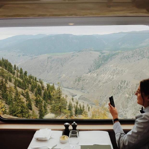 Cận cảnh đoàn tàu view kính 180 độ có thật ở Canada, đi tới đâu là du khách tha hồ ngắm cảnh tuyệt đẹp đến đấy - Ảnh 9.