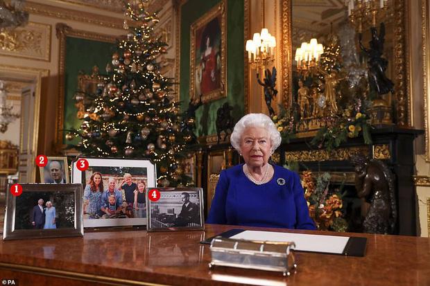 Nữ hoàng Anh phát biểu thông điệp Giáng sinh, nhưng đáng chú ý là không có hình của vợ chồng Meghan trên bàn của bà - Ảnh 1.