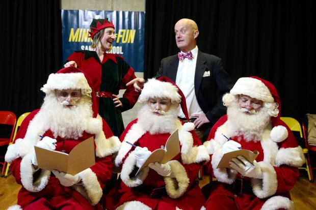 Bên trong trường học đào tạo ông già Noel duy nhất ở Anh, nơi mỗi bộ đồ trị giá hơn 30 triệu và bắt buộc phải học thuộc tên từng con tuần lộc - Ảnh 1.