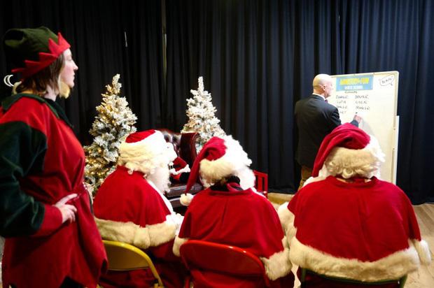 Bên trong trường học đào tạo ông già Noel duy nhất ở Anh, nơi mỗi bộ đồ trị giá hơn 30 triệu và bắt buộc phải học thuộc tên từng con tuần lộc - Ảnh 2.