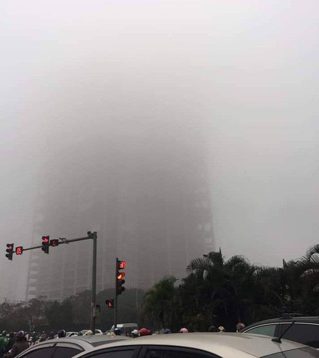 Hà Nội: Sương mù bao phủ dày đặc, các tòa nhà cao tầng bất ngờ biến mất - Ảnh 4.