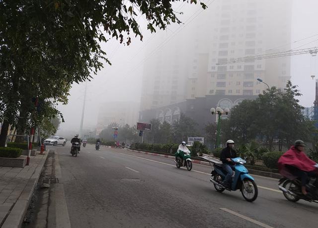 Hà Nội: Sương mù bao phủ dày đặc, các tòa nhà cao tầng bất ngờ biến mất - Ảnh 5.