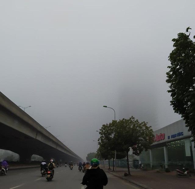 Hà Nội: Sương mù bao phủ dày đặc, các tòa nhà cao tầng bất ngờ biến mất - Ảnh 6.
